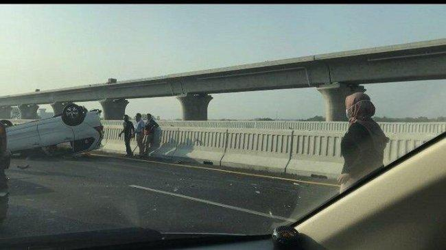 Ban Mobil Pecah, Toyota Cayla Terbalik di Jalan Layang MBZ Arah Cikampek