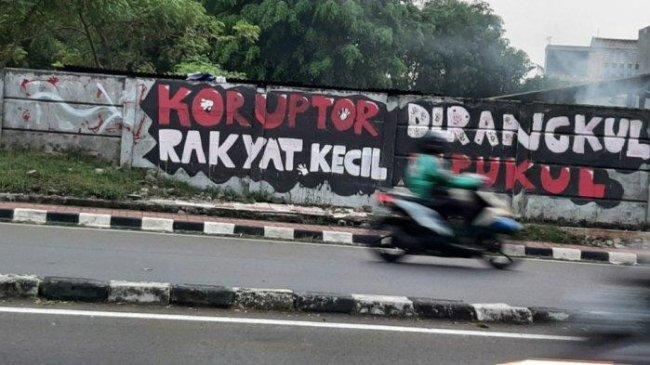 Lurah Bintaro Tanggapi Mural Koruptor Dirangkul Rakyat Kecil Dipukul yang Dihapus Warga