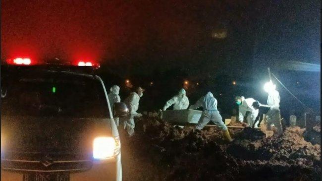 Petugas Penggali Kubur di TPU Padurenan Makamkan Jenazah Korban Covid-19 hingga Malam Hari