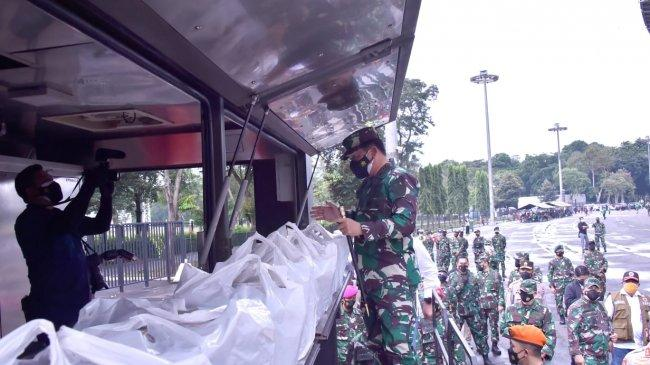 Panglima TNI Cek Vaksinasi Massal dan Dapur Lapangan Marinir di Stadion Utama GBK