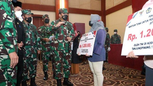 Panglima TNI Tinjau Vaksinasi Covid-19 dan Serahkan Bantuan Langsung Tunai PKL untuk Warga Kepri