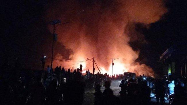 Muncul Sosok Misterius Bawa Karung Besar Keluar dari dalam Pasar Wosi Manokwari yang Terbakar