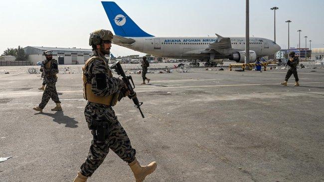 Taliban Dikabarkan Blokir Empat Pesawat yang Bawa Pengungsi Warga Amerika dari Afghanistan