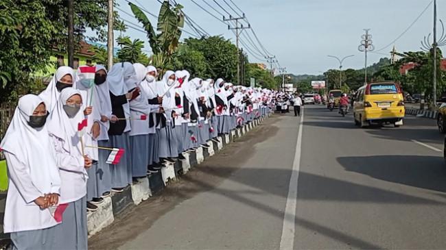 Para Pelajar di Kota Sorong Kibarkan Bendera Merah Putih di Sepanjang Jalan Sambut Kedatangan Jokowi