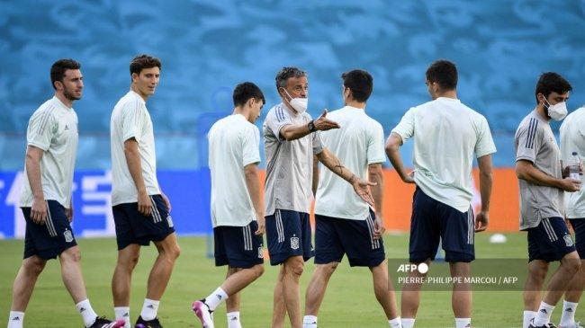 pelatih-spanyol-luis-enrique-tengah-memberi-isyarat-selama-sesi-latihan.jpg
