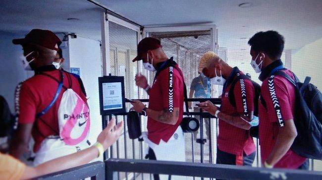 Jaimerson da Silva Xavier Pun Terlihat Ngantri Untuk Buka Aplikasi Peduli Lindungi Masuk Stadion