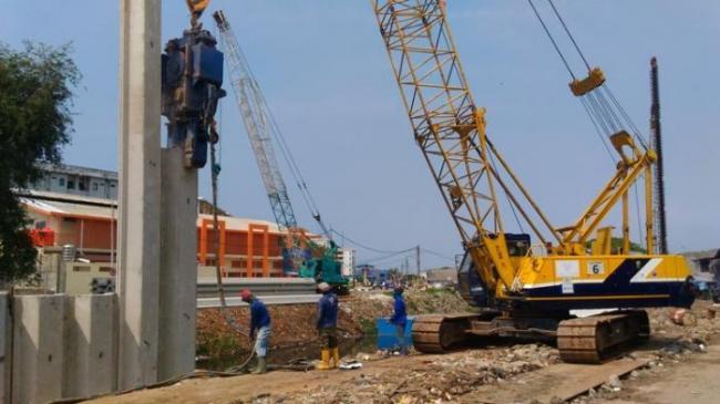 Pekerja Proyek Normalisasi Kali Ciliwung Tertimpa Beton Sheet Pile