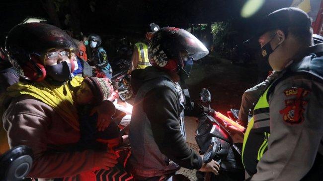 Pemudik Sepeda Motor Terobos Penyekatan di Karawang