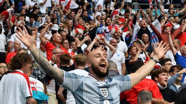 Gelombang Covid-19 Ancam Eropa Gara-gara Penonton Sepak Bola Tak Pakai Makser & Dempet-dempetan