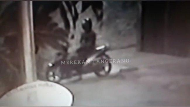Detik-detik Penembakan Ustaz Terekam CCTV, Terduga Pelaku Mondar-mandir Depan Rumah Korban