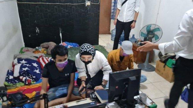 Polisi Gerebek Tempat Indekos yang Dijadikan Sarang Pinjol Ilegal di Cengkareng, 4 Orang Diamankan
