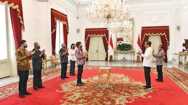 Jokowi Beri Penghargaan Kepada Grup Musik Rock Godbless