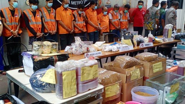 Polisi Bongkar Jaringan Narkoba Industri Rumahan yang Produksi 157 Kilogram Ganja Sintetis