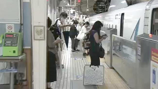 Penumpang Shinkansen Jepang Tidur di Dalam Kereta Sambil Menunggu Banjir Surut