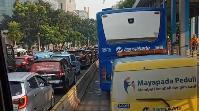 Perang Klakson Kendaraan Warnai Penyekatan di Jalan Salemba Raya Jakarta Pusat