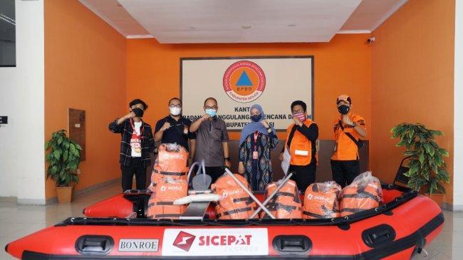 Antisipasi Banjir, SiCepat Ekspres Distribusikan Perahu Karet ke BPBD Kabupaten Bekasi