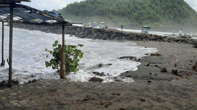 Warga Kebumen Diminta Waspadai Gelombang Tinggi Pantai Suwuk