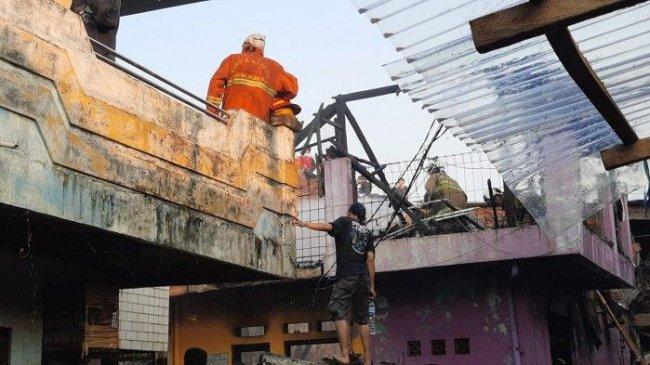 Diduga Lupa Cabut Setrikaan, 18 Rumah di Jatinegara Ludes Terbakar