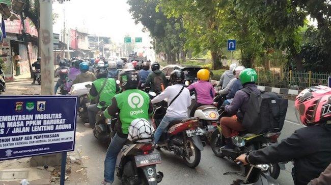 Ingin Masuk ke Jakarta, Puluhan Pengendara Dipaksa Putar Balik oleh Petugas