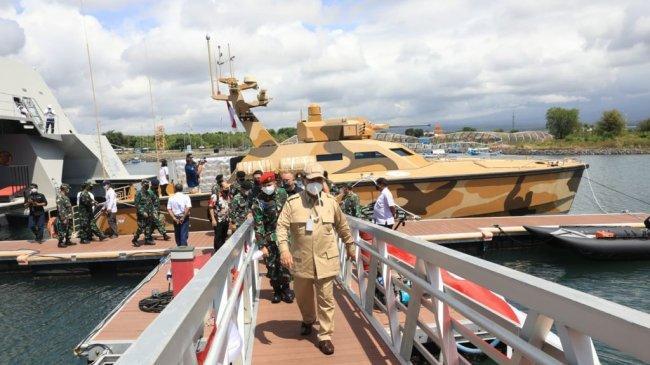 Menhan Prabowo Lihat Langsung KRI Golok-688 dan Tank Boat Antasena di Jawa Timur