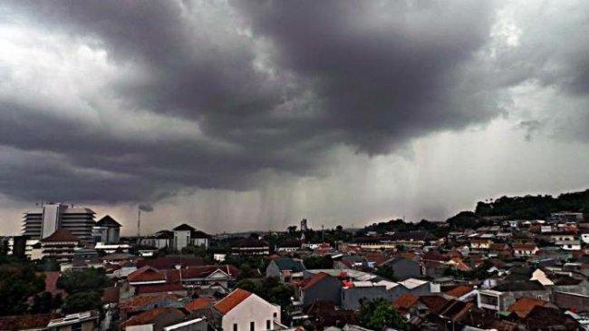 Peringatan Dini BMKG Sabtu, 28 Agustus 2021: Hujan Lebat Disertai Angin di 20 Wilayah Ini