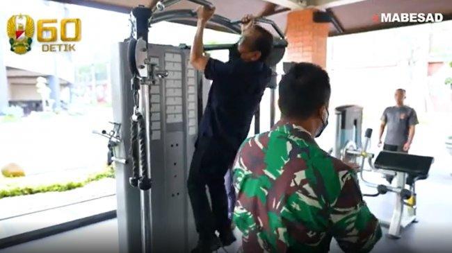 Video Menteri Pratikno Pull Up di Pusat Fitnes Mabes TNI AD, Jenderal Andika Tepuk Tangan