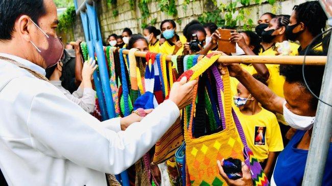 Presiden Jokowi Beli Noken di Pinggir Jalan dari Mama-mama Papua