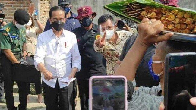 Saat Jokowi Membagikan Amplop Putih Kepada Pedagang Satai Kerang di Deliserdang