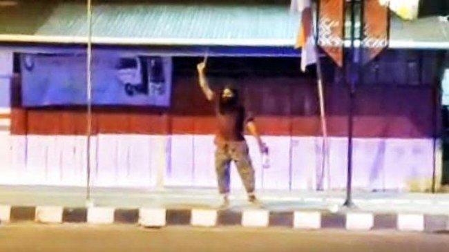 Gerak-Gerik Mencurigakan, Pria Berambut Gondrong Acungkan Badik saat Didekati Polisi