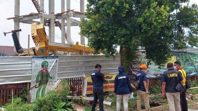 Tim Puslabfor Mabes Polri Datangi Lokasi Crane Roboh yang Hancurkan Rumah dan Lukai Warga Depok
