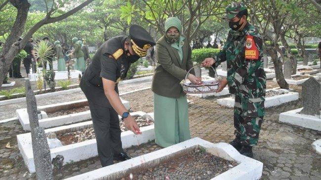 Peringati HUT TNI, Brigjen TNI R Sidharta Wisnu Graha Pimpin Ziarah ke TMP Patriot Bangsa