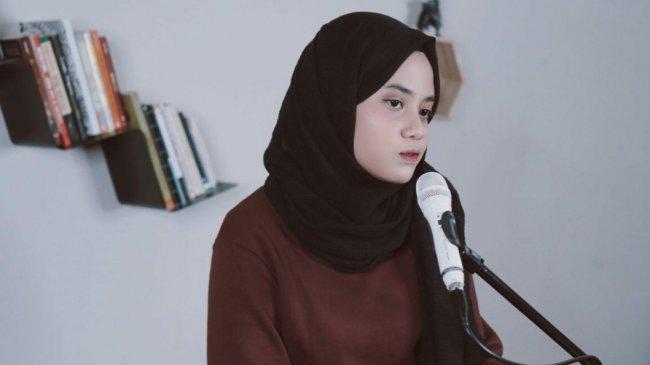 Download MP3 Lagu Terlambat Sudah - Hanin Dhiya, Beserta Chord dan Video Klip