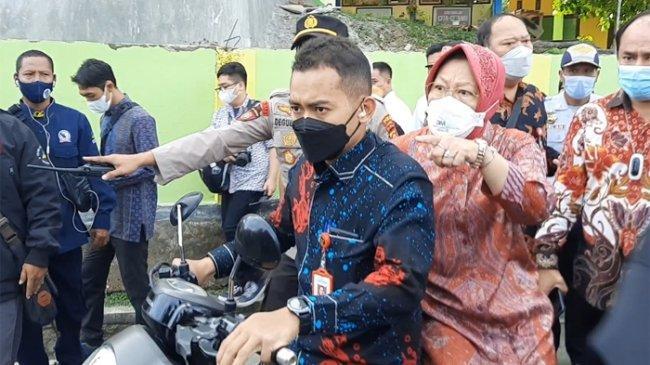 Mensos Risma Membonceng Motor, Jemput KPM yang Belum Mendapatkan Bansos PKH di Sumbawa