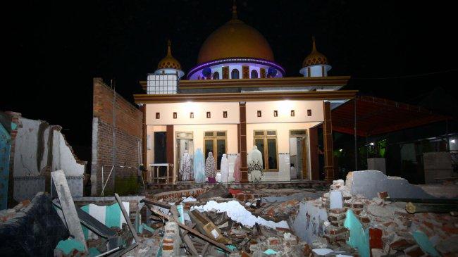 Salat Tarawih Perdana Korban Gempa di Dampit Kabupaten Malang