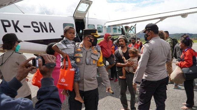 Satgas Gabungan TNI/Polri dan Polres Pegunungan Bintang Evakuasi Warga dari Distrik Kiwirok