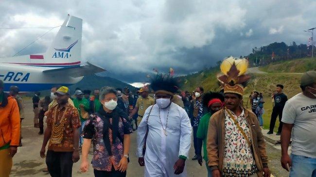 Sebelum Tabisan 3 Imam Baru, Sekjen KWI Disambut Meriah di Intan Jaya Papua