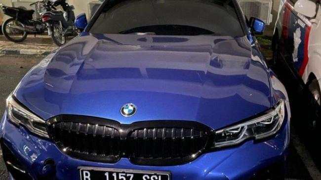 Sopir Kurang Konsentrasi, Pengemudi BMW Biru Tabrak Polisi Jaga Crowd Free Night di Kebayoran Baru