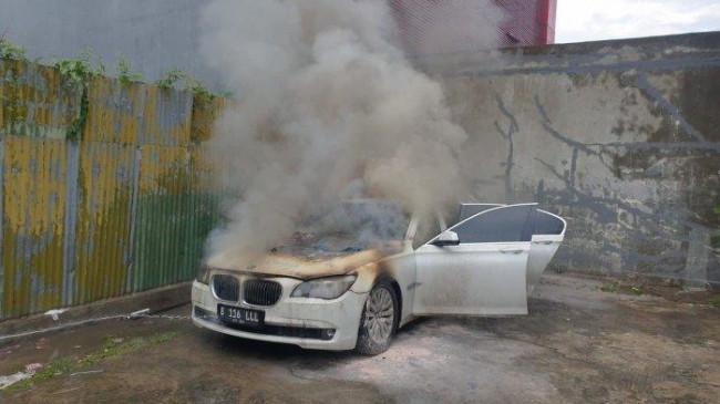 Sedan BMW Hangus Terbakar di Sunter Saat Pemiliknya Panaskan Mesin Kendaraan, Ini Dugaan Penyebabnya