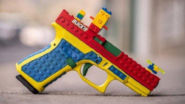 Perusahaan AS Ini Memproduksi Pistol Asli Mirip Senjata Mainan