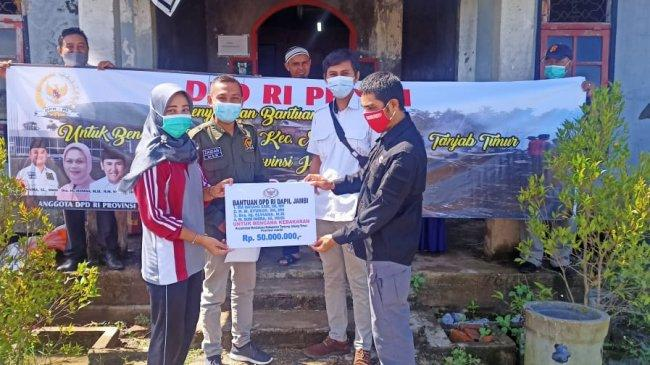 Empat Senator Jambi Salurkan Bantuan Kebakaran di Desa Mendahara Jambi