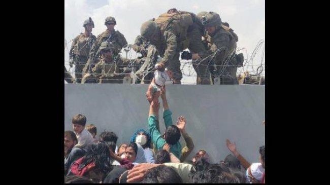 Cerita di Balik Foto-foto Viral Tentara AS Selamatkan Bayi Afghanistan, Bikin Netizen Menangis