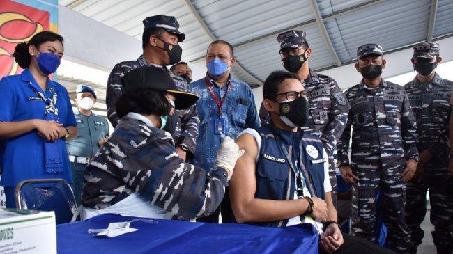 Saat Sandiaga Uno Ikut Serbuan Vaksinasi Covid-19 Maritim TNI AL