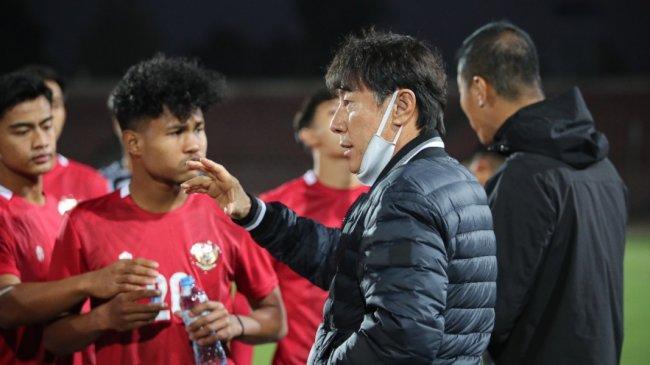 shin-tae-yong-memberikan-instruksi-kepada-para-pemain-timnas-indonesia.jpg