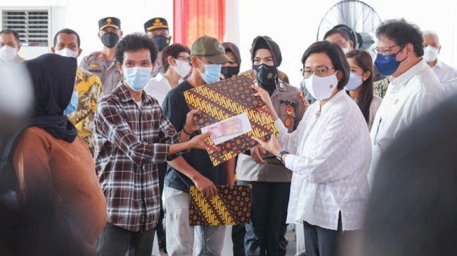 Dorong Perekonomian, Sri Mulyani Bagikan Bantuan Tunai Bagi PKL-Warung di Medan