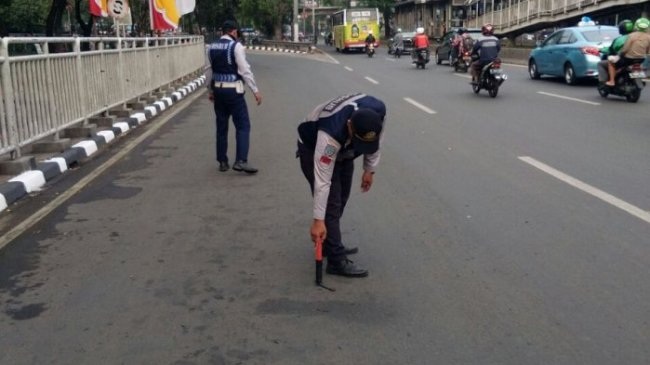 Ratusan Ranjau Paku Berhasil Dimankan Petugas Dishub Jakarta Barat di Jalan Raya Grogol Petamburan