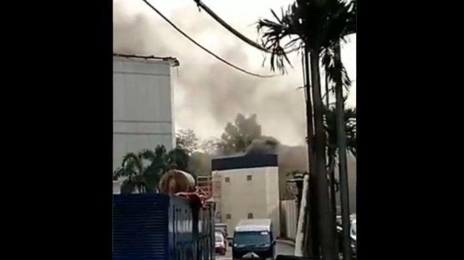BREAKING NEWS: Kepulan Asap Hitam Membumbung di Kawasan Mal Taman Anggrek