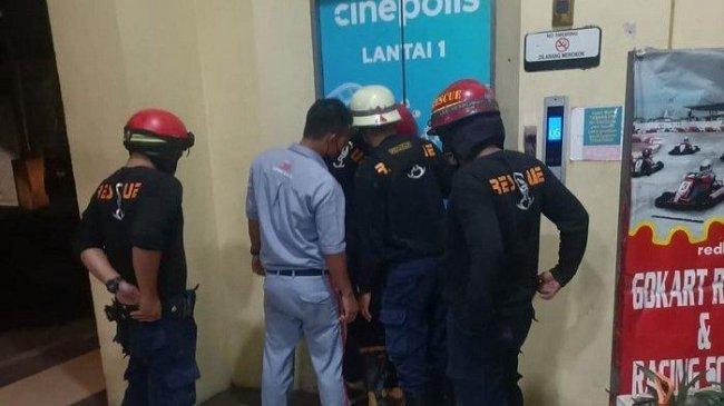 Malam-malam Petugas Damkar Selamatkan 7 Pengunjung Mal di Bekasi yang Terjebak di Lift