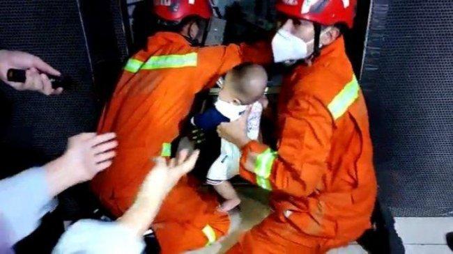 5 Pengunjung Toko Busana di Jakarta Terjebak di Lift, 8 Personil Damkar Diturunkan