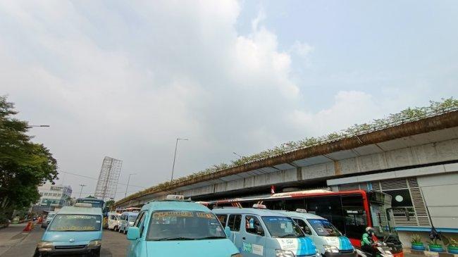 Terminal Kampung Melayu Sepi, Mobil Angkot Tersusun Rapi Tanpa Penumpang