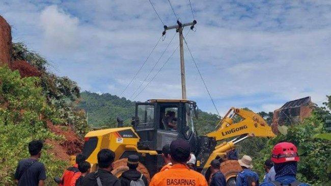 Longsor di Luwu, Anak Pak Kades Ditemukan Tertimbun Reruntuhan